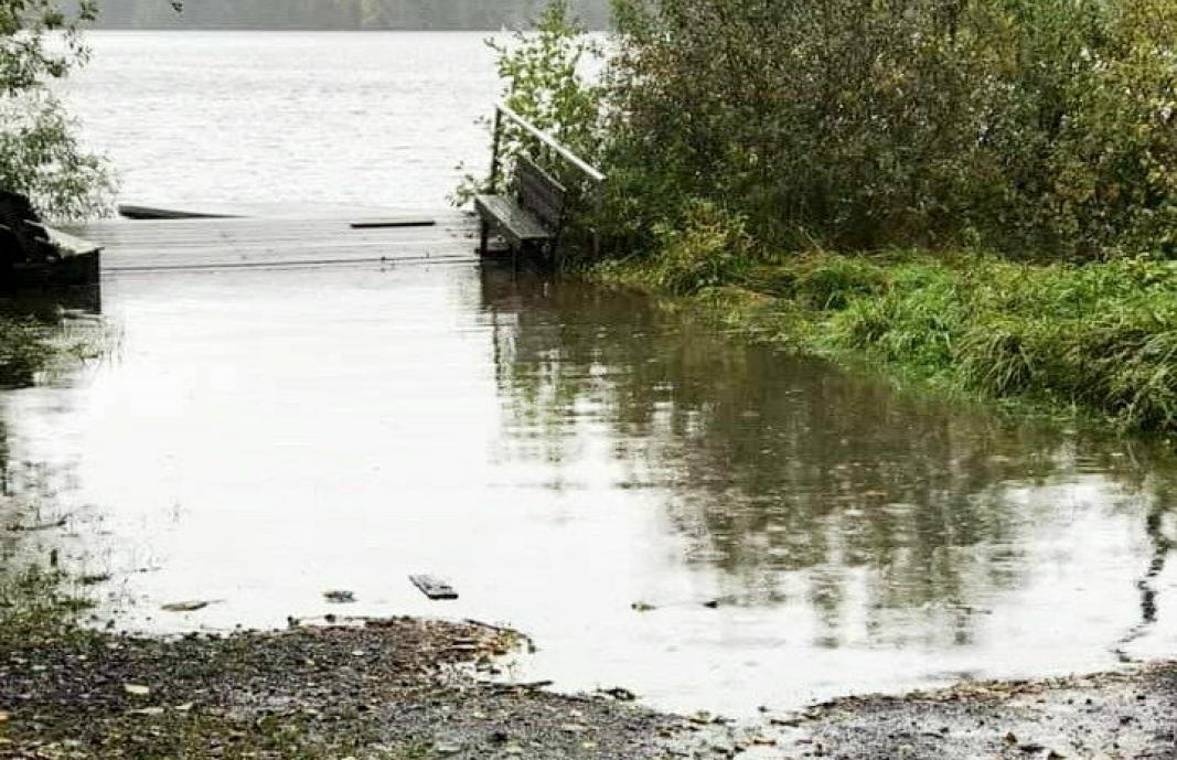 SLITER MED OVERVANN: Flere områder rundt Kolbotnvannet sliter med å håndtere overvannet. Bildet, som ble tatt søndag formiddag, viser den kommunale bryggen i Storebukta.