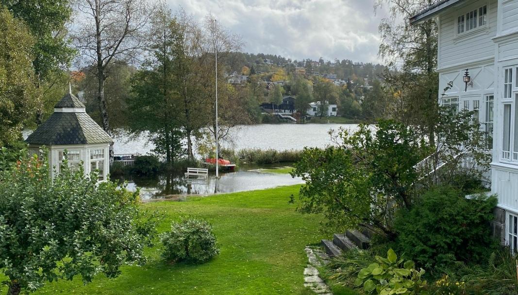 MYE VANN: Slik så eiendommen i Theodor Hansens vei ut da Oppegård Avis var på stedet mandag formiddag.
