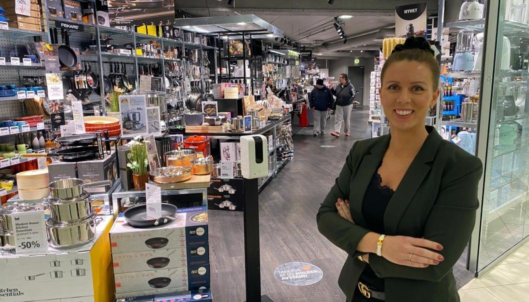 FORNØYD: Senterleder Marianne Thorsen-Larsen er fornøyd med tallene Kolbotn Torg leverer. Her foran kjøkkenspesialisten Kitch´n.