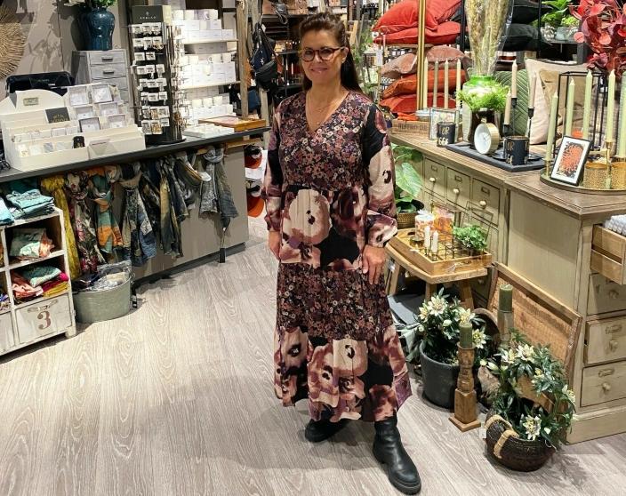 HAR BÅDE SJARM OG SJEL: Anita Bråthen Ertsland driver butikken Sjarm og Sjel sammen med Marit Skaug. De representerer en av få privateide butikker på Kolbotn Torg og har vært på senteret siden starten.