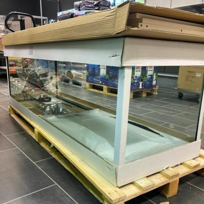 UTSTILLINGSAKVARIUM: Midt i butikken vil du se et stort akvarium på 720 liter, som skal fylles med spennende fisk.