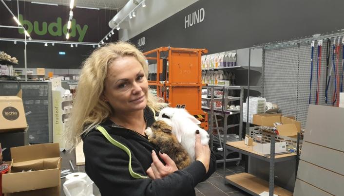 KANIN SOM KJÆLEDYR: Monica Paus sier at de skal ha et stort kaninbur med flere kaniner i butikken.