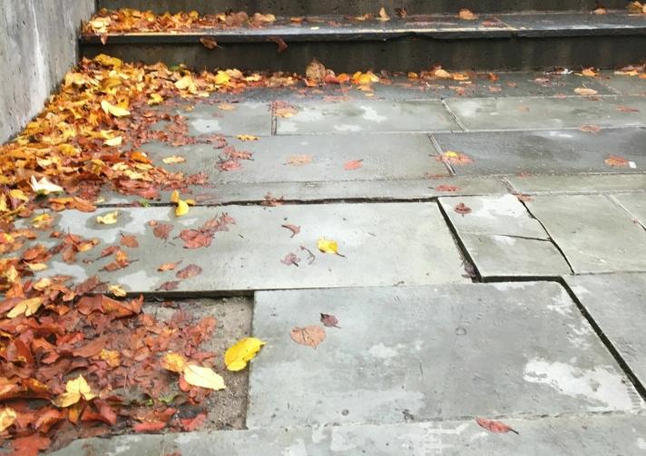 FLERE LØSE HELLER: Det er også flere løse heller nede ved trappen.