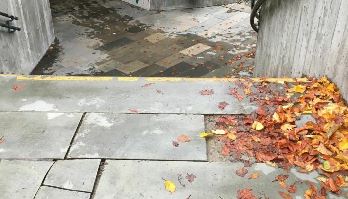 LØSE HELLER: Steinhellene ved trappepartiet ved Kolbotnveien bør repareres.