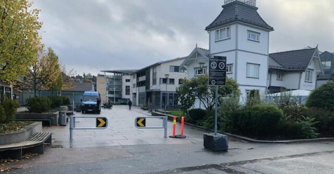 TO BOMMER: Tirsdag 5. oktober ble det montert to bommer på Jan Baalsruds plass.