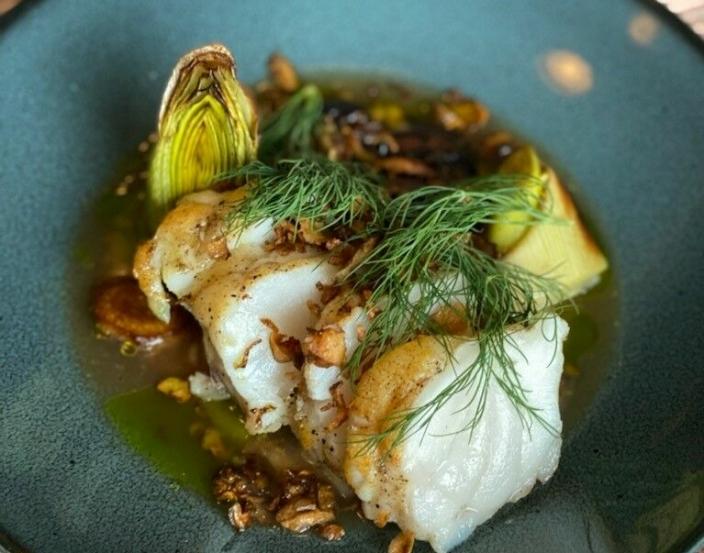BREIFLABB FRA MØRE: Denne godsaken er fisket på Møre-kysten og akkompagneres av jordskokkpuré, grillet purre og en frisk oksebuljong.