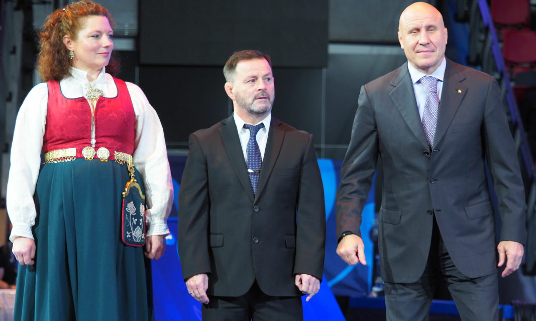 TO MESTERE: Selv om Kolbotn ikke var representert med egne brytere i VM, var det flere kjente Kolbotn-ansikter å se under mesterskapet. Her er det Tove Ladstein, Jon Rønningen og Mihail Mimiashvili som gjør seg klare for medaljeoverrekkelse.