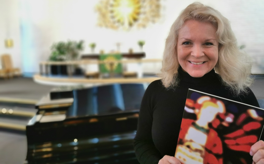 KJENT ANSIKT: Elisabeth Ødegård Widmer har vært musiker og sanger siden tidlig på 80-tallet og gitt ut seks plater. Hun har vært medlem i Oslo Gospel Choir, deltatt i Melodi Grand Prix og vært programleder på NRK. Nå dirigerer hun koret i Greverud kirke.
