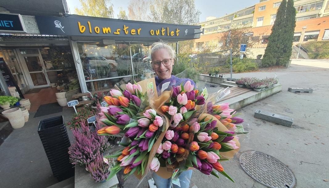 TRIVES: Butikksjef Carina Gargano trives som butikksjef i Blomster Outlet Kolbotn.