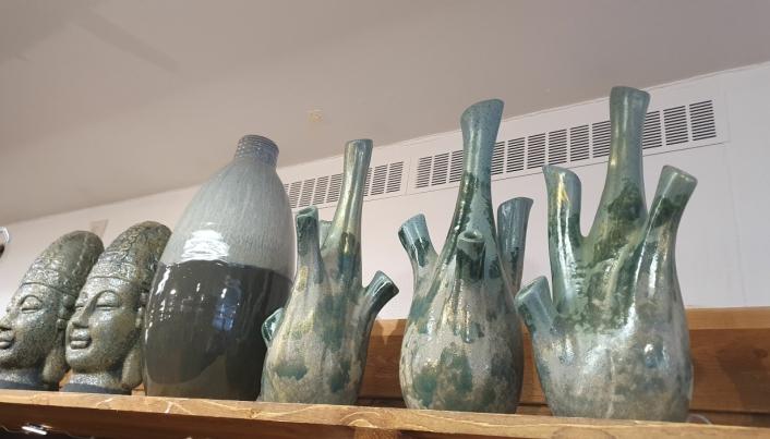 INTERIØRARTIKLER: I butikken finner du flere ulike blomsterpotter, vaser og andre interiørartikler.