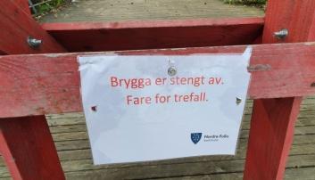 SKILT PÅ STEDET: Bryggen har vært sperret av siden onsdag forrige uke.