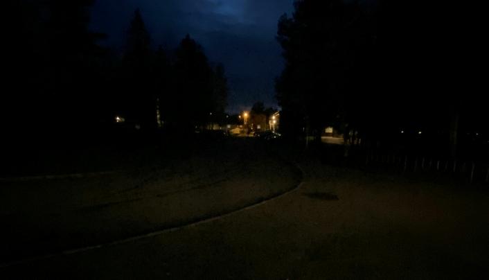 BEKMØRKT: Slik så området foran Sofiemyrhallen ut klokken 19:20 torsdag forrige uke.