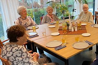 Serverte hjemmelaget middag til beboerne på KOMBO